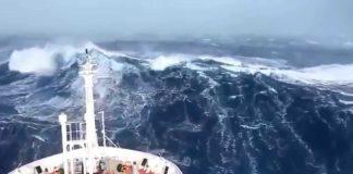 dev-dalgalar-arasında-kalan-yuk-gemisi