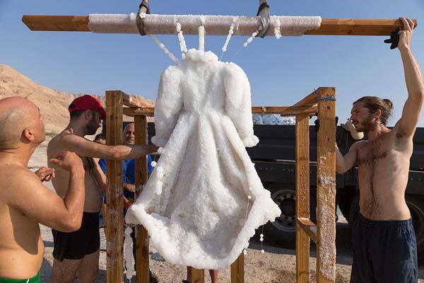 ölü denizde kristalleşen elbise